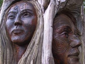 carvings of maori people